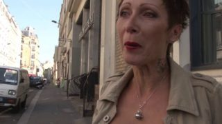 Femme Cougar s'offre une baise chez son client