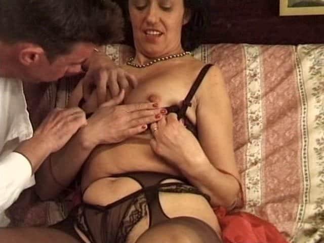 Docteur baise la patiente à son domicile