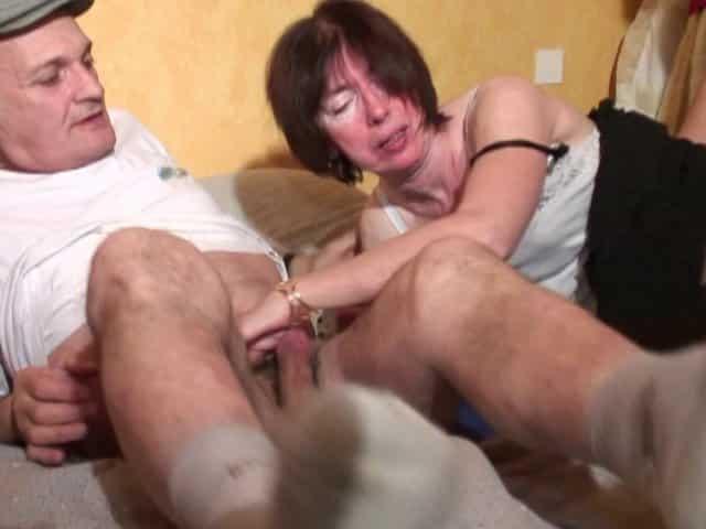 Une mamie couverte de sperme