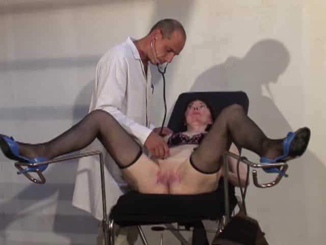 Le médecin pervers baise une vieille salope