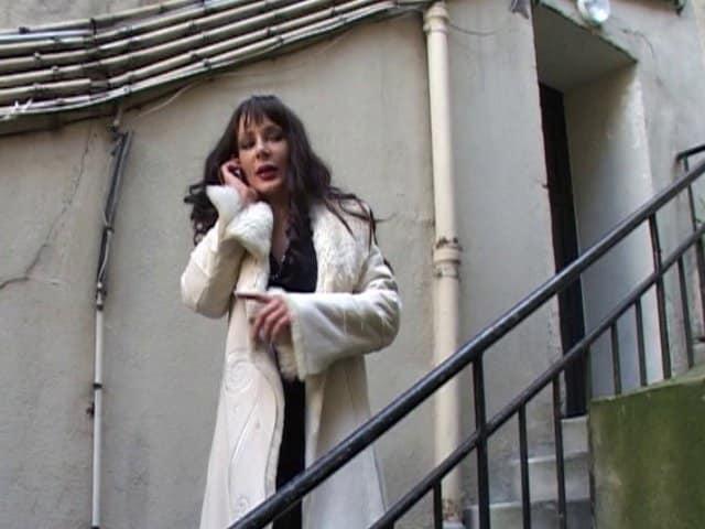 Jeune journaliste pénètre le fion d'une femme mature