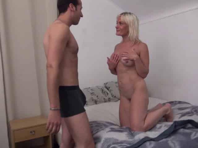 Femme mature baise avec l'employé