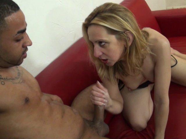 Femme mature goûte à une bite black
