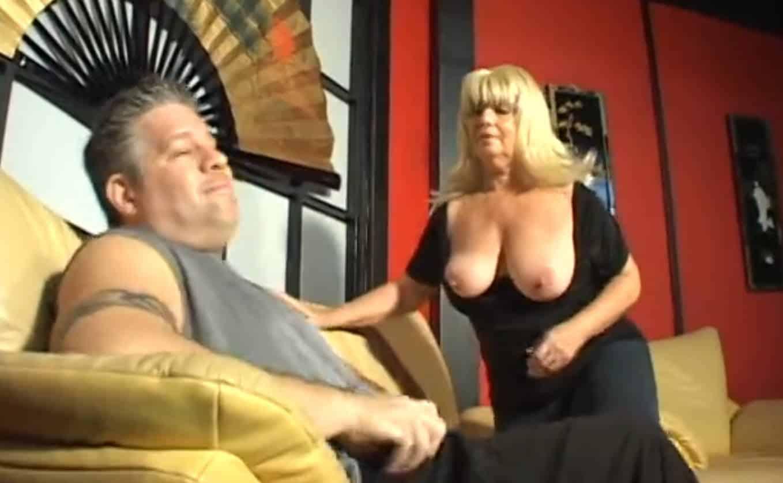 Baiser une blonde bien cochonne