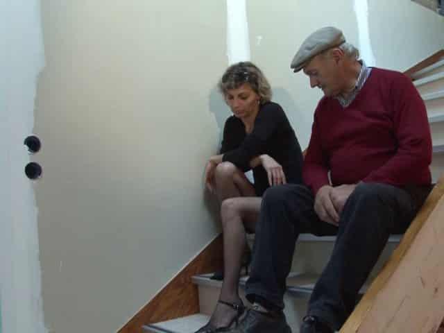 Papy baise une femme dans les escaliers
